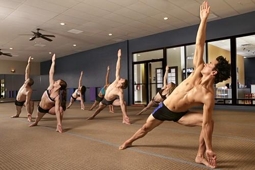 Занятие в зале бикрам-йоги