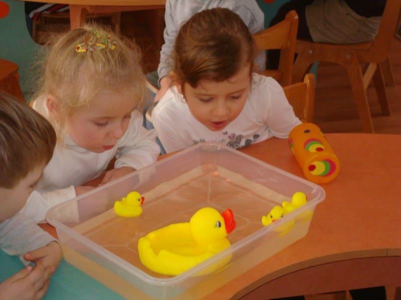 Одно из упражнений: дети дуют на игрушки в воде