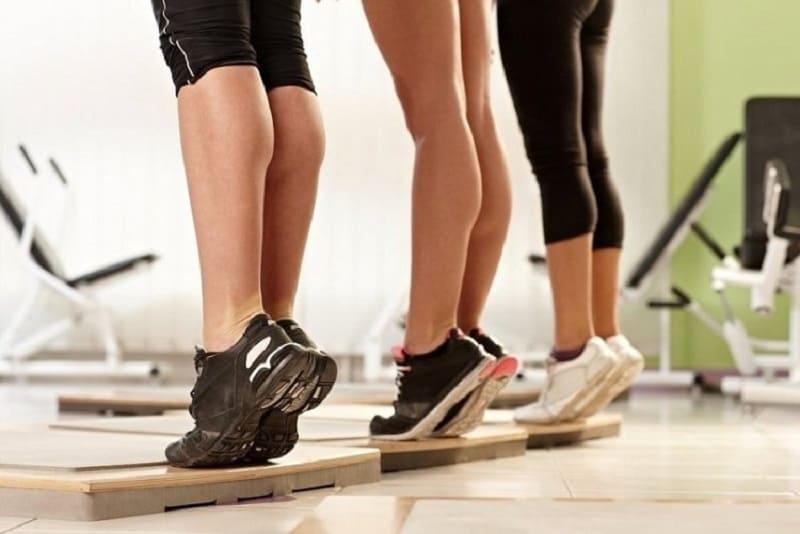 Подняться на носки - упражнение на укрепление голеностопа