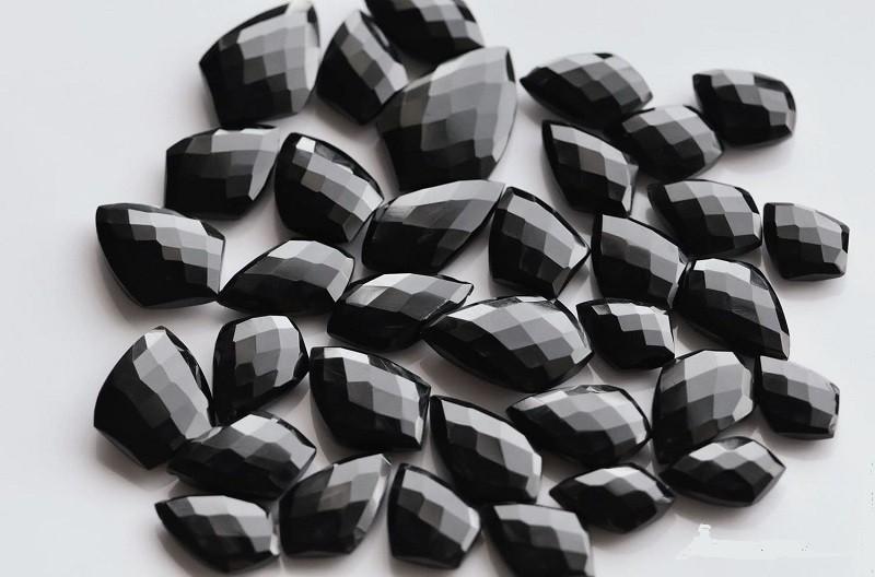 Черный оникс полезен для корневой чакры