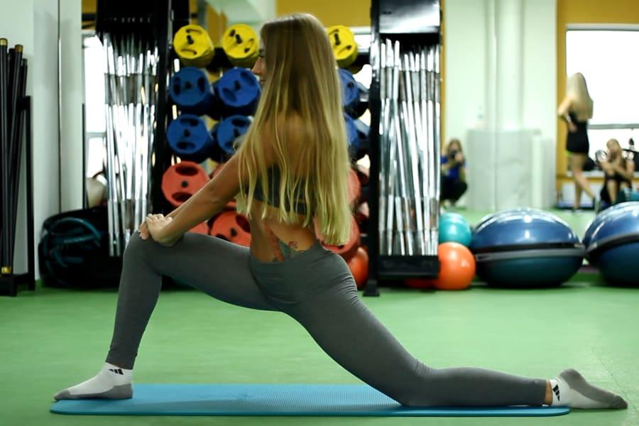 Растяжка мышц бедра в положении выпада