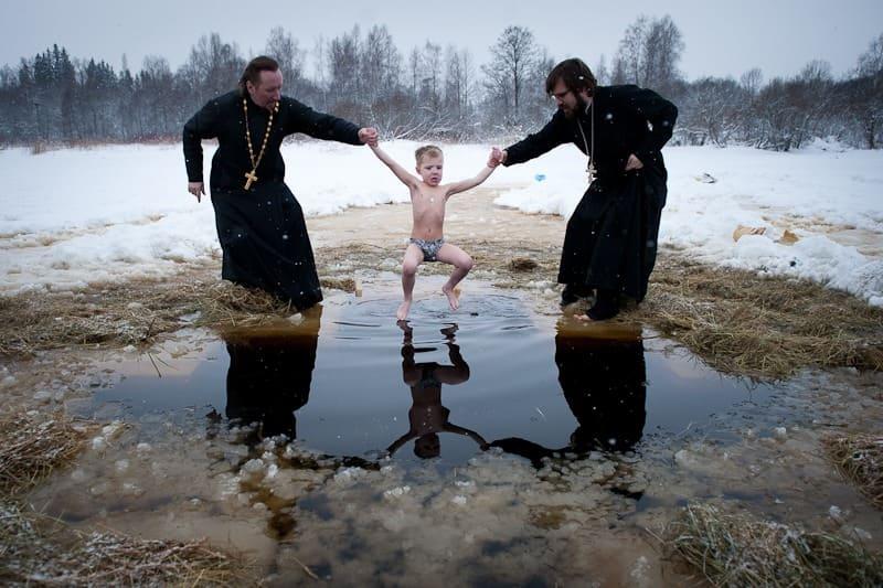 Православный обряд крещения в озере