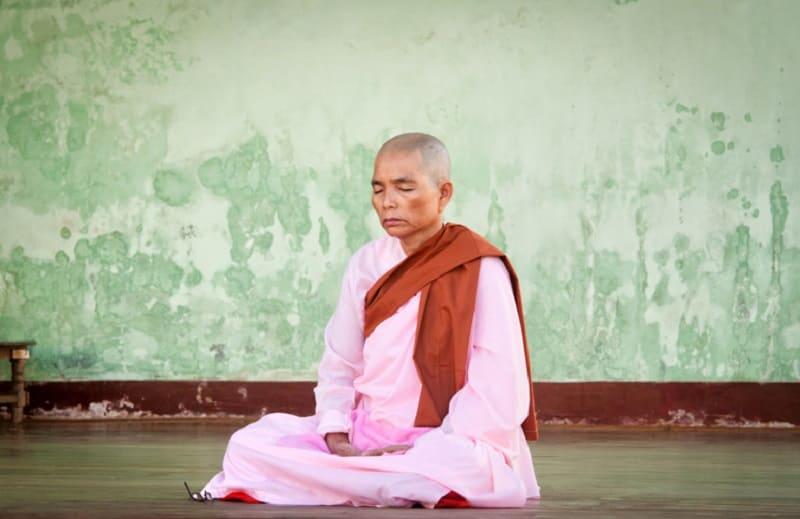 Монах медитирует в состоянии Самадахи