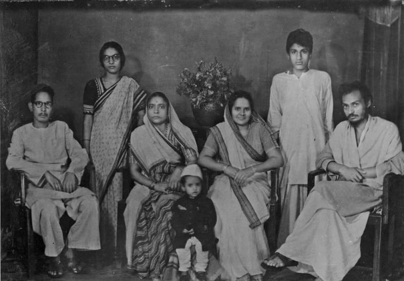 Молодой Ошо в кругу своей семьи