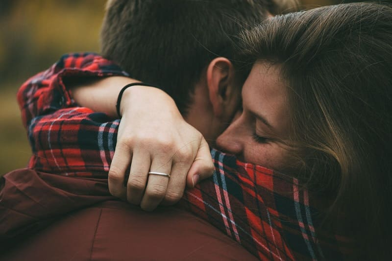 Если женщина готова отдавать любовь - она самостоятельно даст парню знак